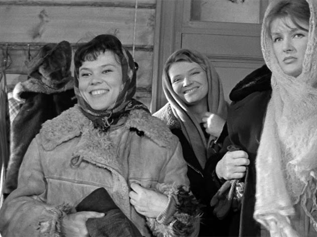 Люсьена Овчинникова, Нина Меньшикова, Светлана Дружинина в фильме «Девчата», 1961 г.