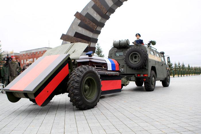 Гроб с телом дважды Героя СССР доставили к месту погребения на пушечном лафете, сцепленном с бронеавтомобилем «Тигр»