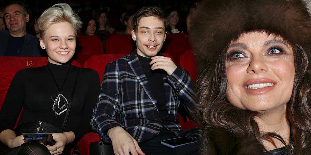 Наташа Королева готовится стать бабушкой. На фото сын Наташи Королевой и Сергея Глушко – семнадцатилетний Архип с девушкой и Наташа Королева