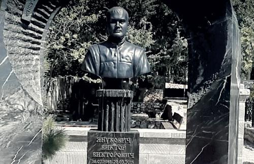Янукович-мл. похоронен на самом дорогом участке