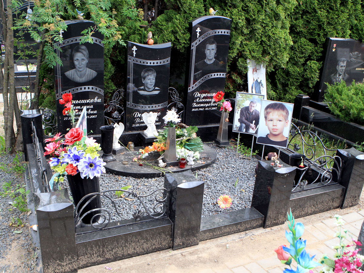 Могила семьи Дедюшко на актерской аллее Троекуровского кладбища