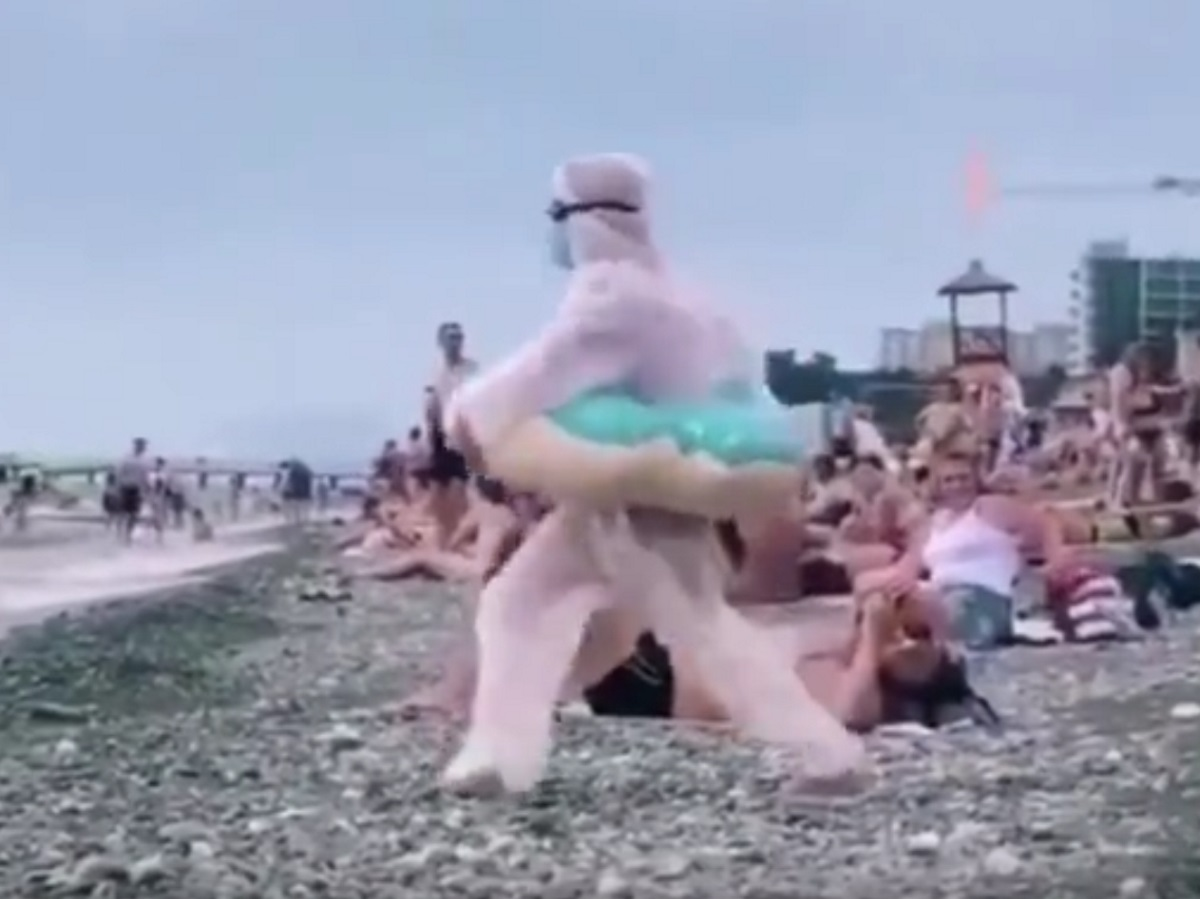 В Сочи отдыхающая отправилась купаться в противокоронавирусной экипировке: видео