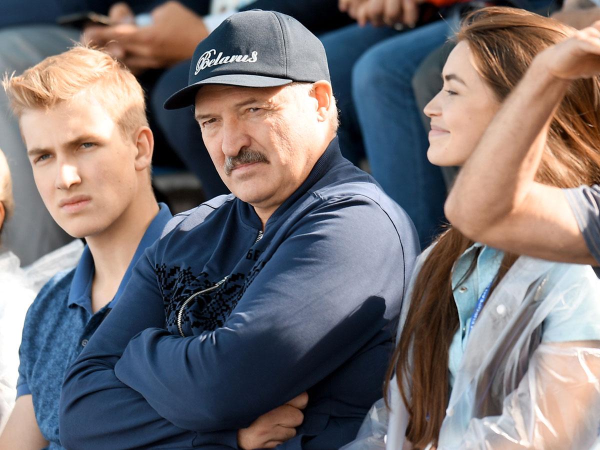 Президент с 15-летним сыном Колей и 23-летней любовницей Марией