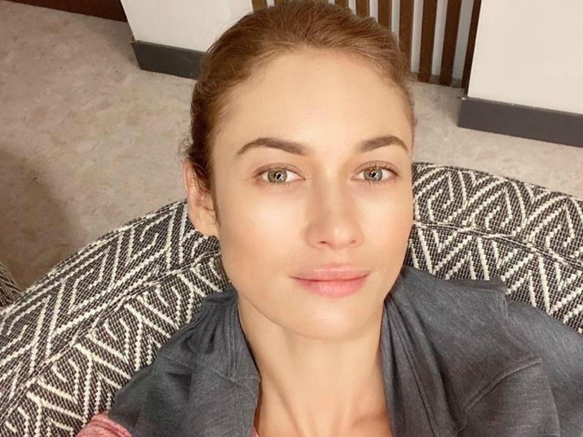 Ольга Куриленко показала фото в розовом купальнике