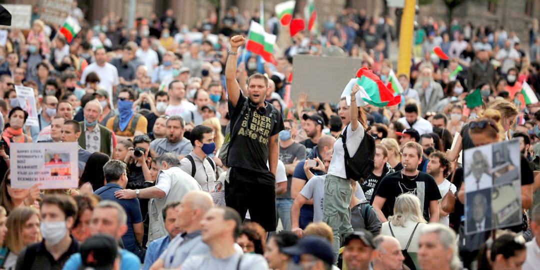 Демонстранты бунтуют против опостылевшей прозападной власти