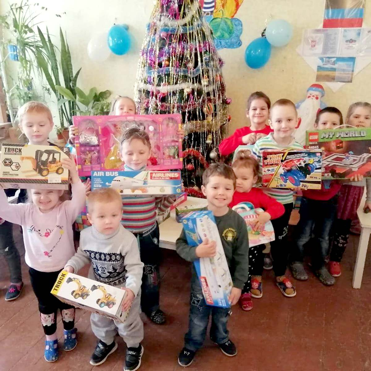 Волонтеры привезли новогодние подарки в донецкий детский дом № 1