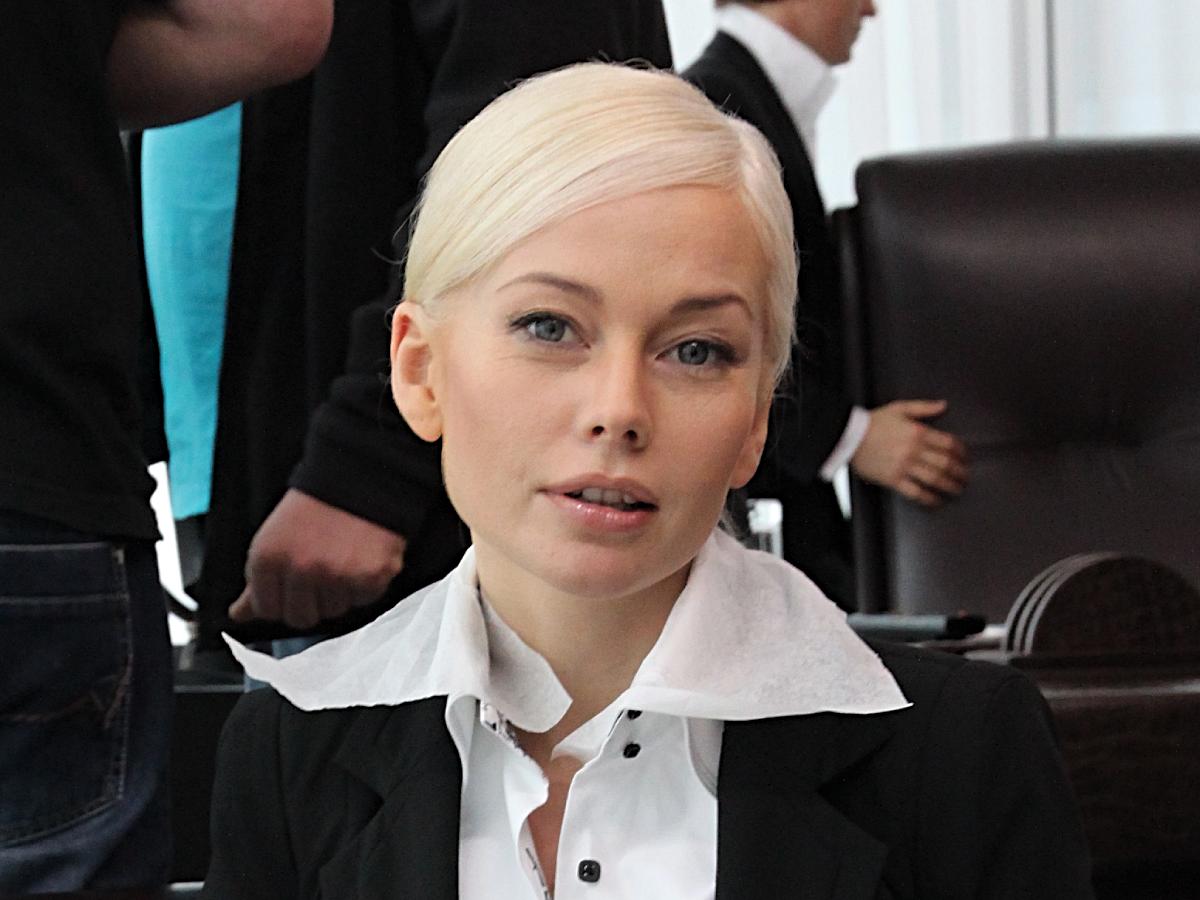 «В дверь звонят, вокруг дома ходят»: сбежавшая за границу Корикова пожаловалась на преследование